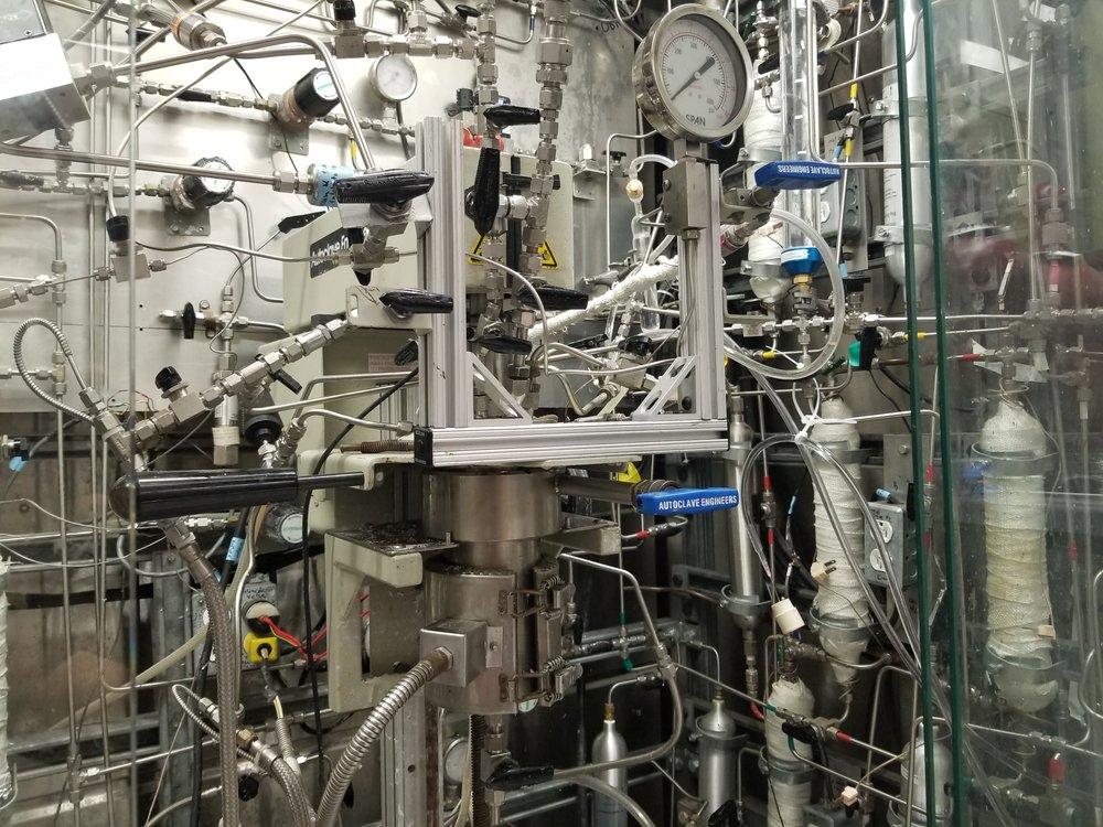 High-pressure, high-temperature slurry reactor