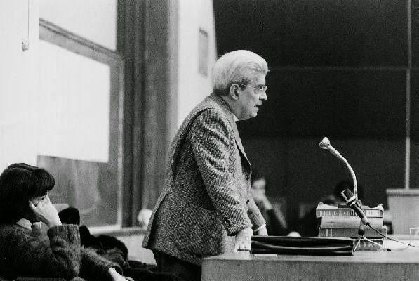 Jacques Lacan lecturing at the École Freudienne de Paris, 1973. CC