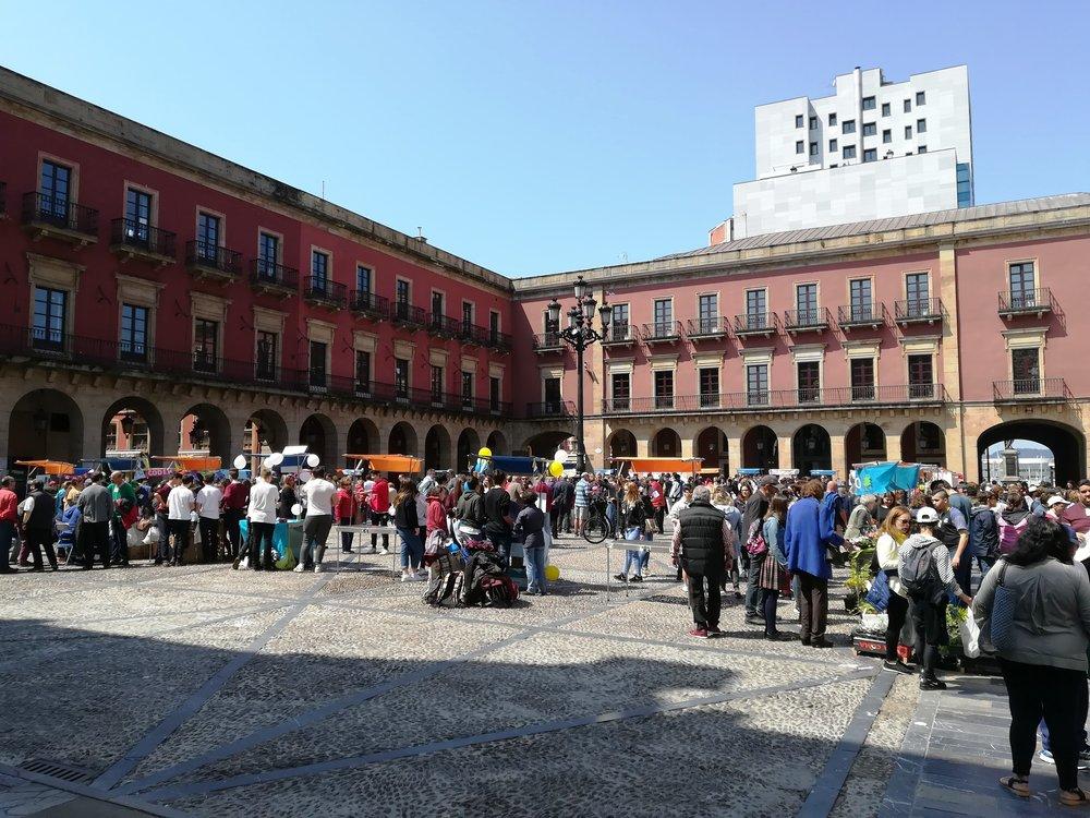 Mercado de Cooperativas y Asociaciones Educativas Asturianas celebrado en la Plaza Mayor de Gijón