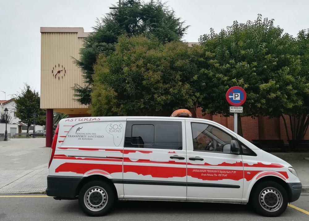 Ambulancia donada por la Fundación del Transporte Sanitario de Asturias a SOS Burundi delante de la parroquia de San Nicolás en Gijón.jpg