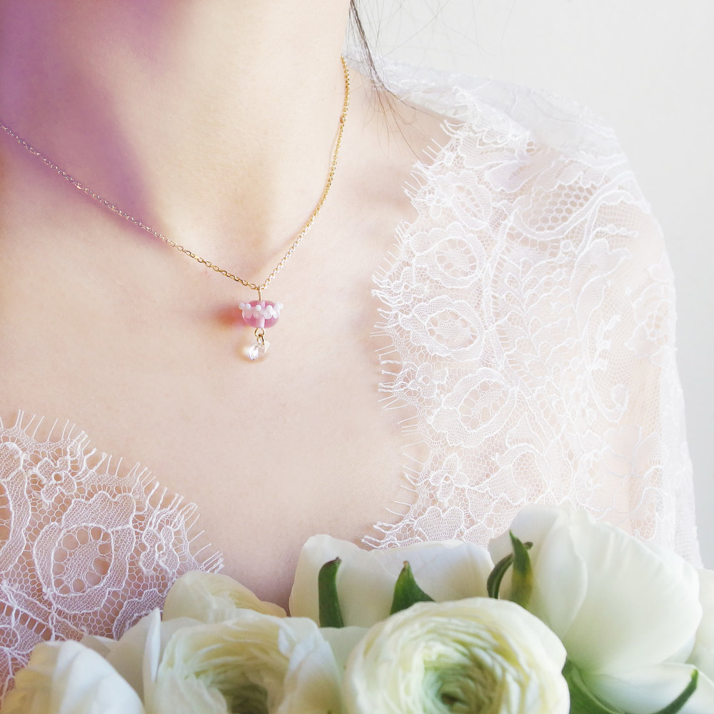 collier-couronne-verre-violet-dentelle-givree.jpg