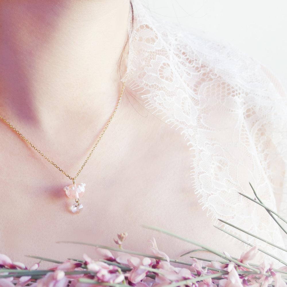 collier-couronne-fleur-rose-transparent-dentelle-givree.jpg