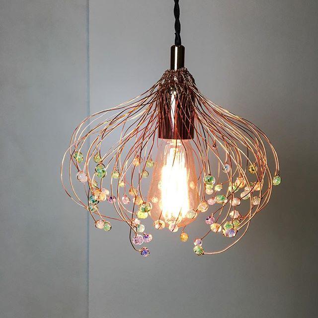 Luminaire, la pluie de madame bobo. #luminaire #suspension #verre #muranoglass #fleur #filcuivre #roseedumatin #artisanal #bijoux #handmade