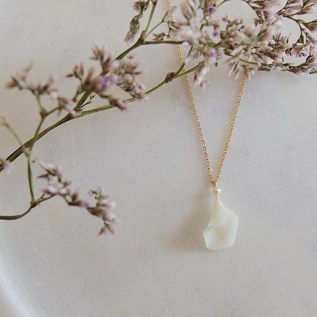 Pétale de fleur / collier / porcelaine froide / est disponible dans la boutique. #printemps #petales #fleur #porcelaine #artisant #Paris #bijouxartisanaux