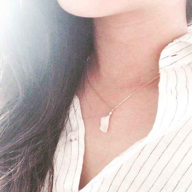 Merci Gail ~ #collier #petals #fleur #printemps #bijouvegetal #bijoux #blanc #perle #goldfilled #porcelaine