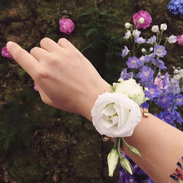 Très joli bijou éphémère ! 美麗的鮮花手環~很適合婚禮 Créé par Fleur Vivien @chezfleur_fleuriste_mariage à #salonduluxe2017