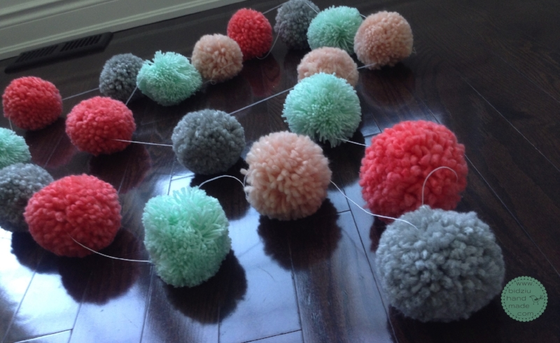 DIY pom pom garland, DIY yarn pom poms, DIY pom pom tutorial, DIY bulk pom poms, DIY bulk pom pom garland, pom pom tutorial, bulk pom pom tutorial, yarn pom poms, how to make yarn pom poms, how to make yarn pom poms in bulk, yarn projects, yarn crafts, trendy home decor, trendy yarn projects, trendy pom pom project, DIY project, DIY yarn project, pompom tutorial, trendy nursery decor, modern nursery decor, bidziu handmade, bidziu hand made