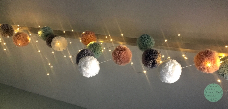 DIY pom pom garland, DIY yarn pom poms, DIY pom pom tutorial, DIY bulk pom poms, DIY bulk pom pom garland, pom pom tutorial, bulk pom pom tutorial, yarn pom poms, how to make yarn pom poms, how to make yarn pom poms in bulk, yarn projects, yarn crafts, trendy home decor, trendy yarn projects, trendy pom pom project, DIY project, DIY yarn project, pompom tutorial, trendy nursery decor, modern nursery decor, bidziu handmade, bidziu hand made