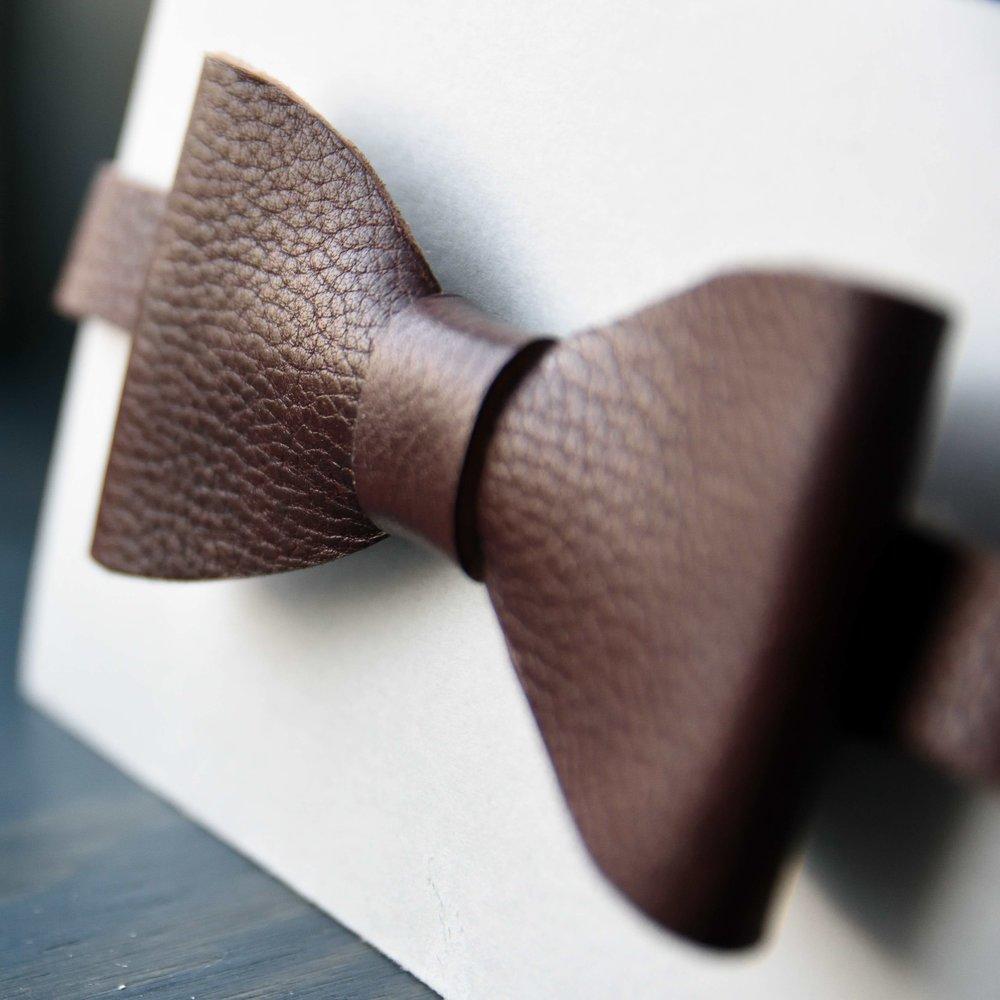 Flugan som kommer med boxen för honom är exklusivt tillverkad för Box of Hope.Flugorna är utskurna för hand ur ett exklusivt vegetabiliskt garvat läder i svensk nöt från en av världens främsta producenter, som håller till norr om Uppsala.