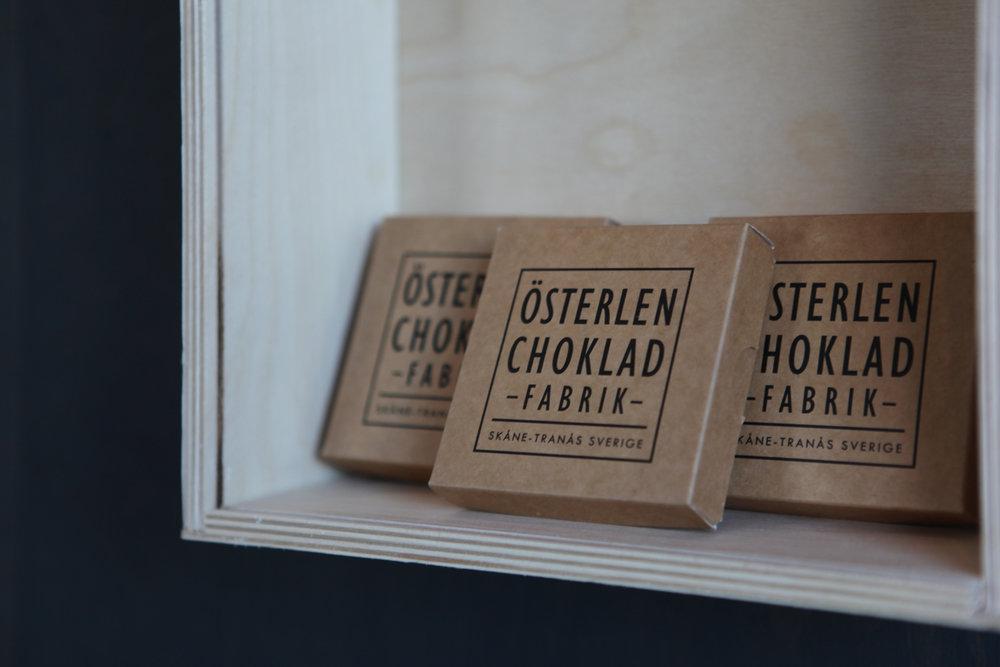 Österlen choklad ingår i både boxen för HENNE och HONOM som bjuder på småskalig choklad på riktigt.