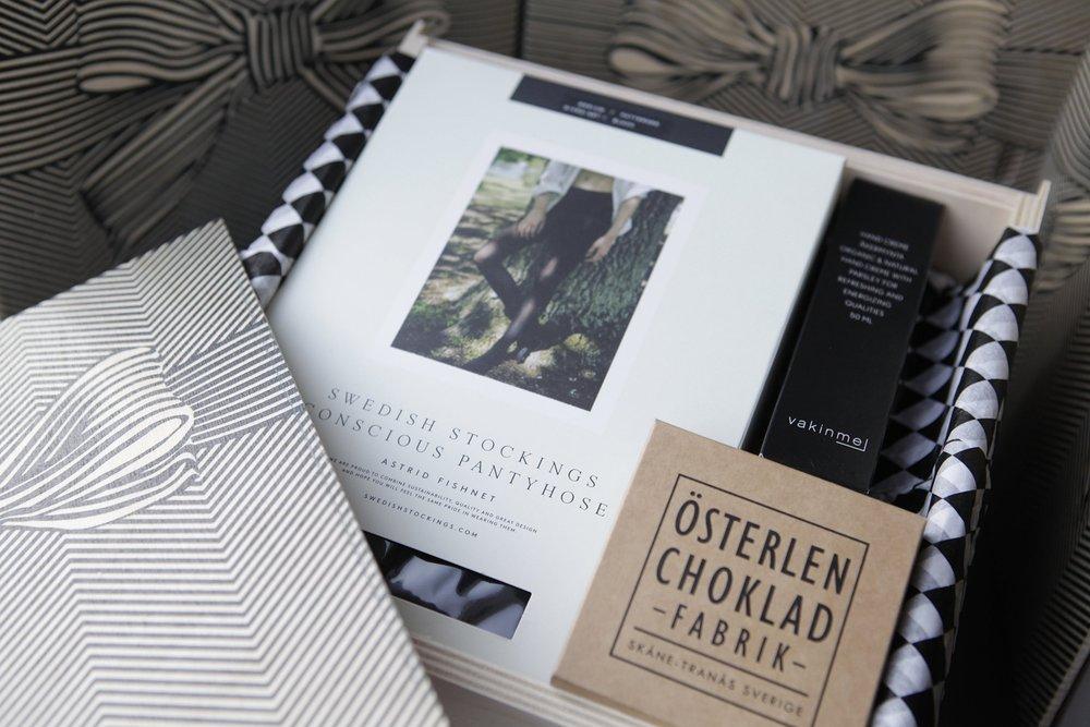 En presentbox för HENNE - den medvetna kvinnan, som tycker om allt som är vackert och ser allt i hemmet som en del av inredningen.