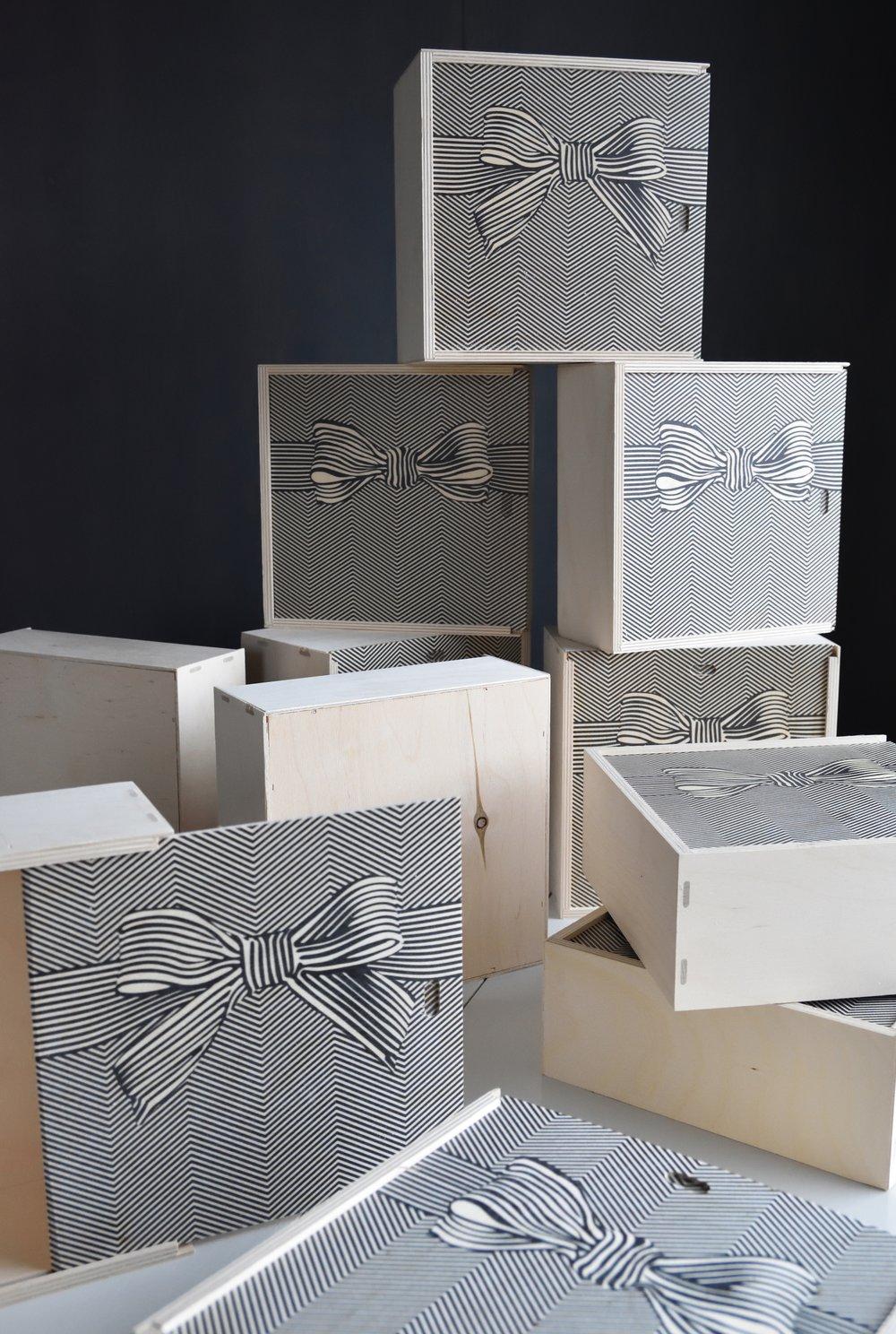 En presentbox i trä med många möjligheter, designad för att kunna användas i inredningen i hemmet.Häng den på väggen, stapla dem på varandra eller ställ den på en yta i köket, badrummet eller skrivbordet. Bara fantasin sätter gränser.