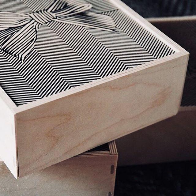Send you love🖤⠀ ⠀ Inboxa din kärlek och skicka den till den du uppskattar!⠀ ⠀ ⠀ #sendyoulove #hållbardesign #svenskdesign #hållbartmode #hållbarlivsstil #fashion #conciousliving #nordiskdesign #nordiskstil #sustainableliving #sustainabledesign #svenskform #interior #inredning #design #givingback  #boxofhope #lovefromsweden #trä #presentbox
