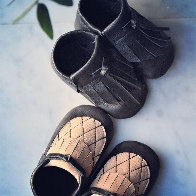 Let the adventure begin🖤⠀ ⠀ Stora äventyr börjar med små steg!⠀ ⠀ ⠀ ⠀ ⠀ ⠀ #hållbardesign #svenskdesign #hållbartmode #hållbarlivsstil #fashion #conciousliving #nordiskdesign #nordiskstil #sustainableliving #sustainabledesign #design #givingback #boxofhope #lovefromsweden #trä #presentbox #perfectgift #presenttips #grattis  #moccs #svensktläder #minimocks #madeinsweden