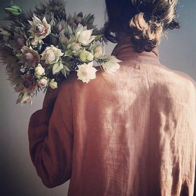 Blommor är alltid en bra start! 📷 Pinterest  #hållbardesign #svenskdesign #hållbartmode #hållbarlivsstil #fashion #conciousliving #nordiskdesign #nordiskstil #sustainableliving #sustainabledesign #svenskform #interior #inredning #design #givingback  #boxofhope #lovefromsweden #trä #presentbox