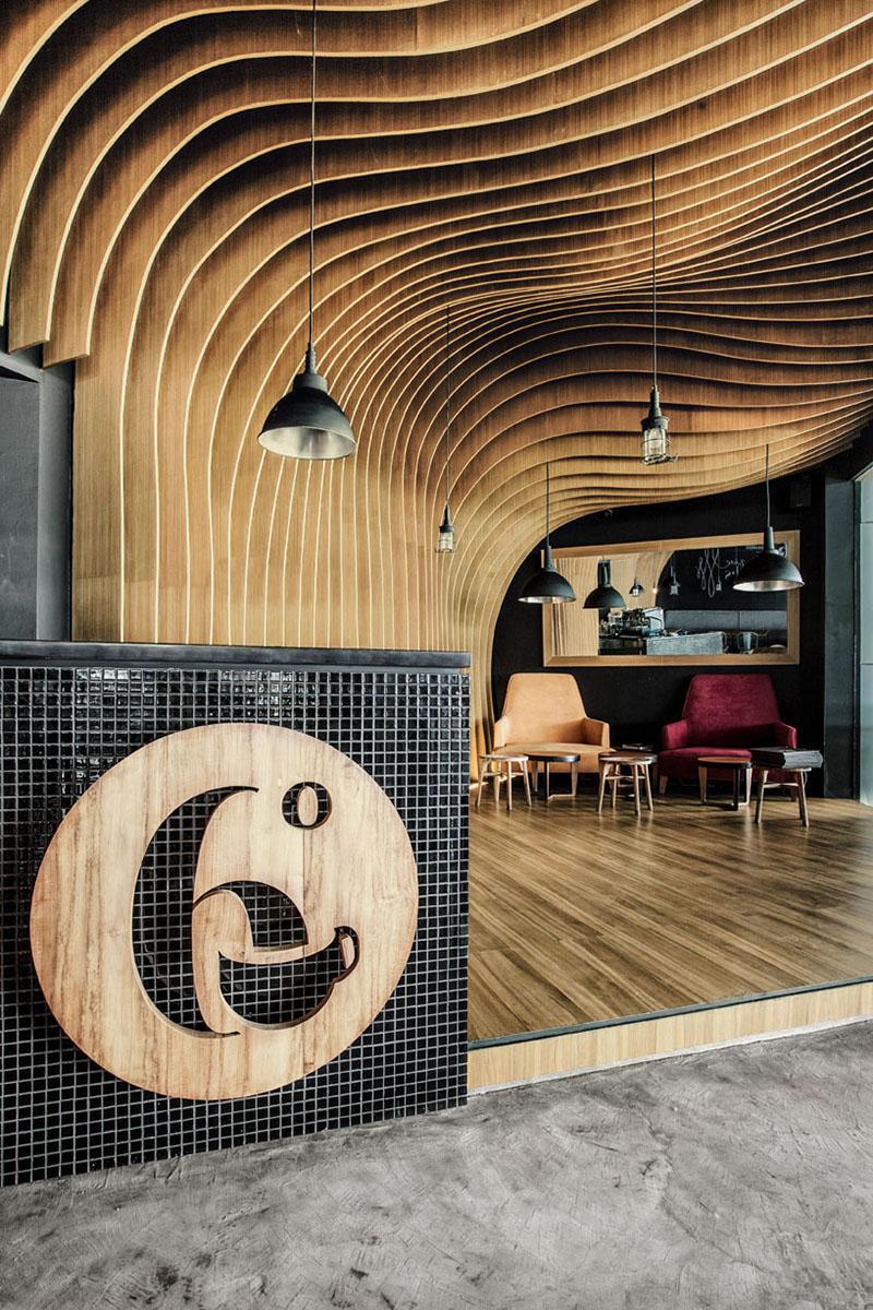 Кафе - Дървеният знак в предната част на това кафене съобщава името му, докато кафената чаша ни кара да разберем, че кафето е най-вероятно основния продукт, който се предлага тук.