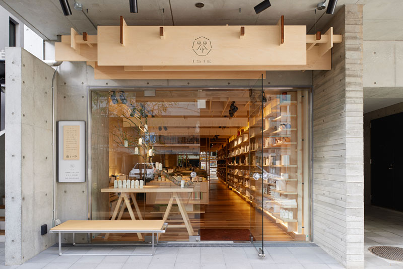 Чайна - Дървеният знак смалкото си и семпло лого над входната врата на тази чайна в Япония изглежда чисто и естествено, съпоставен с бетоновите елементи от сградата, към която е прикрепен.