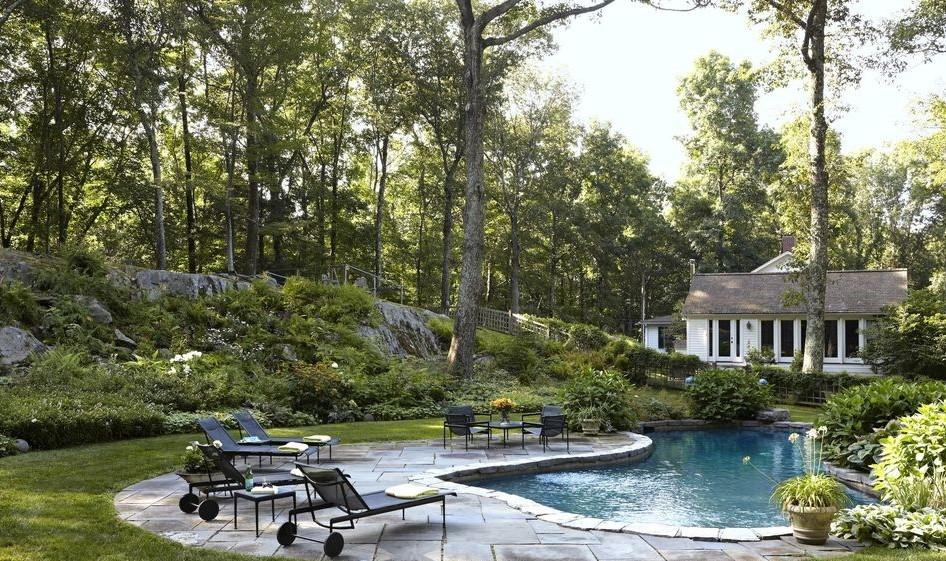 В задния двор - Тази класическa къща в Кънектикът е повлияна от европейския живот на Филип Гориван, който отдава значимото едновременно на Ню Йорк и Лондон в своята семейна къща. Винтидж обзавеждането около басейна е с автор Ричард Шулц.