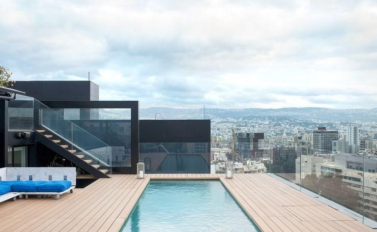 Гледки от покрива - На покрива на небостъргач в Бейрут, архитектътБернард Кури прави тризонет за семейството си. Басейнът, обиколен от декинг, надвисва над Бейрут и околните планини.