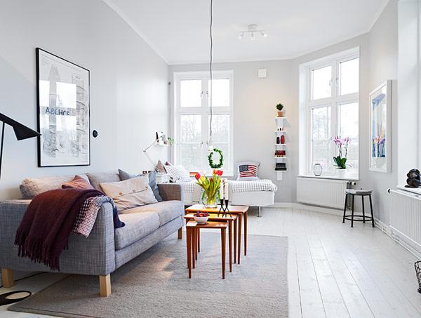 Минимализъм в Гьотеборг - С обща жилищна площ от 39 квадратни метра, апартаментътпредставлява дневна и отворен към нея кухненски бокс, а изобилен поток от дневна светлина навлиза от шестте прозореца. Височината на тавана е 2,8 метра, позволяваща безпрепятствен изглед към реката и зеленото пространство наоколо.