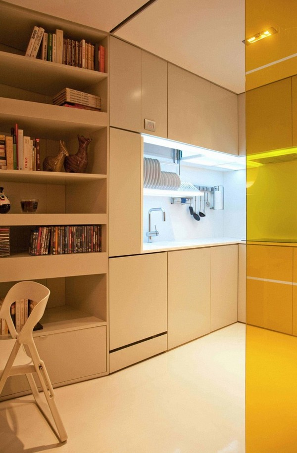 Closet house - Closet House е проектиран от португалската компания Consexto и е интелигентно и изтънчено решение за живот на широко в апартаментс площ от 44 квадратни метра. На пръв поглед човек може да си помисли, че това е просто привлекателен съвременен малък дом с няколко необичайни идеи за декориране. Всъщност това уникално местенце е съставено от пет различни жилищни зони, два от които могат да се трансформират с натискане на бутон.Тъй като всичко в този високотехнологичен апартамент е автоматизирано, лесно можете да преместите стените наоколо и да промените общия външен вид на помещението за нула време.