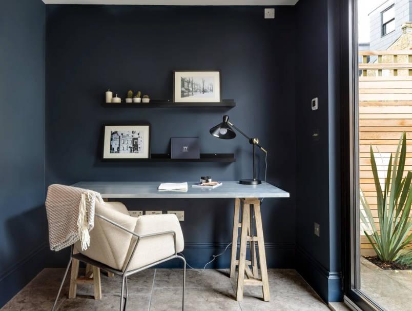 Работно място - Боядисайте малко кътче или офис пространство вчерно, за да създадете спокойно и без разсейване място.