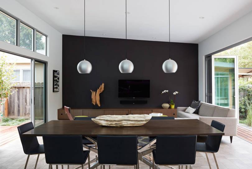Модерно черно от средата на века - Боядисайте една голяма стена в матиран черен нюанс, за да създадете отправна точка в едно open-space помещение.