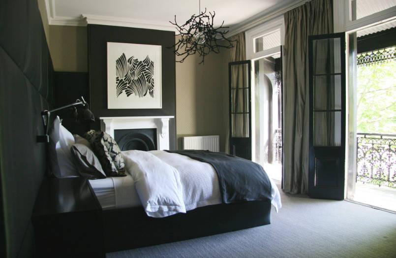 В спалнята - Пример за спалня с дълбоки, богато наситени стени, която се превръща вспокойно и модерно светилище.