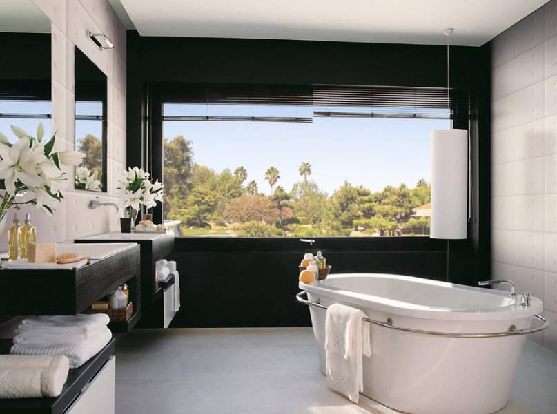 Баня с гледка - Рамкирайте свежияи зелен екстериор като боядисате стената около прозореца в черно.