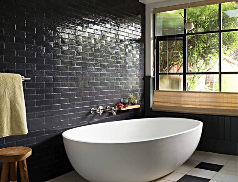 Индустриален шик - Гланцираните черни плочки отразяват светлината и добавят луксозно докосване във всяка баня.