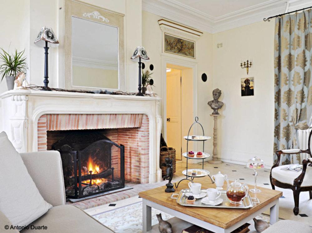 Класическа.. - Пример сголяма камина в малка всекидневна, облечена в бяло. Харесва ни контраста, създаден между класицизма на рамката и вътрешната част в червенатухла.