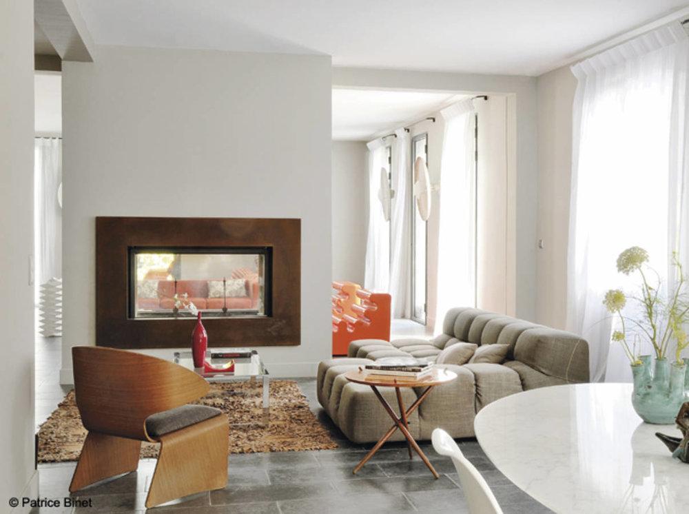 Двустранна... - Имате желание да разширите пространството? Изберете двойна камина; Тук нейната дързостни позволява да се насладим на огнището както от дневната, така и от съседната стая.