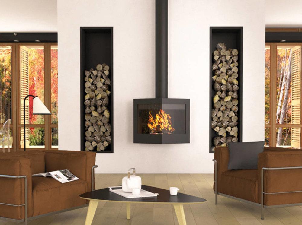 Висяща... - Тук тази дизайнерска метална камина, окачена настената, има две остъклени страни, за да може да човек да наблюдава огъня от всички ъгли, удобно лежащ на дивана.