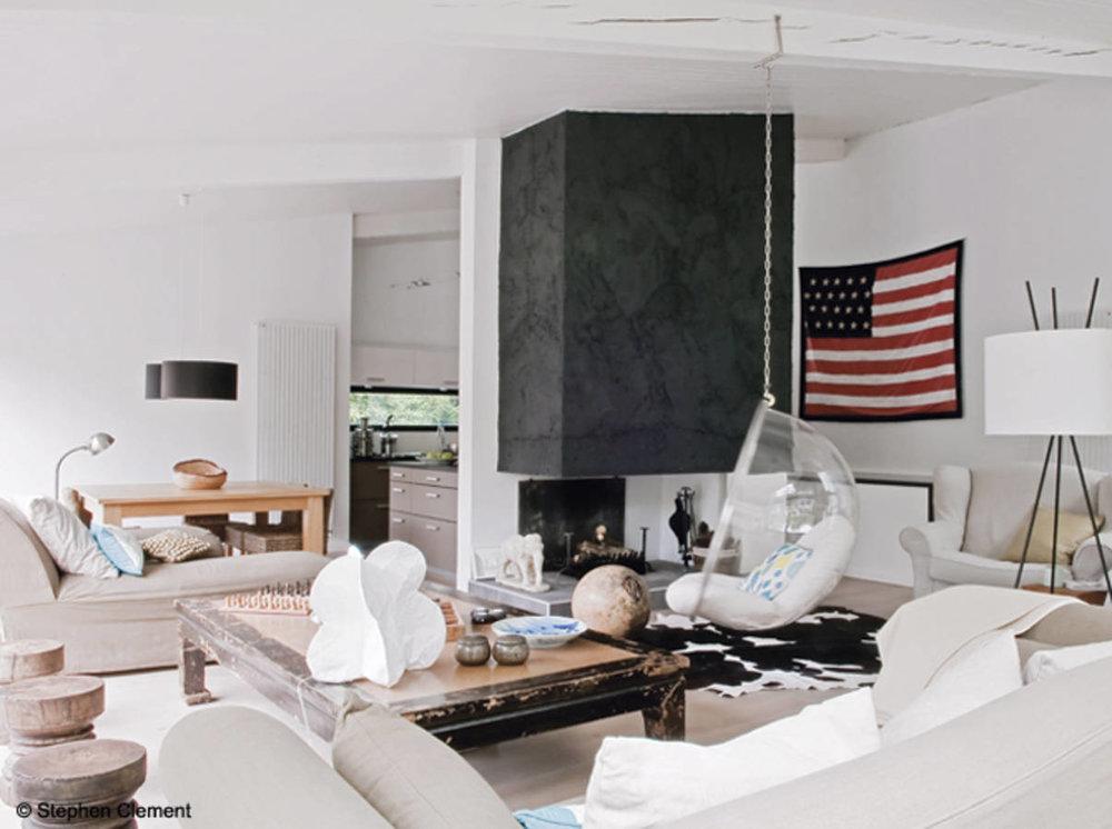 Дръзка... - Своебразен West Coast стил за тази всекидневна в балансс природата. Дизайнът на тази стая с доста премерен и внимателен декор, е организиран около модернакамина, боядисана в черно. Смело!