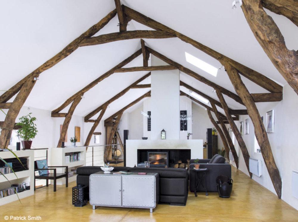 Модерна... - Уютна благодарение наавтентичния характер на видимата си дървена ферма,тазипросторна дневна е подредена и аранжирана спрямо голямата си съвременна камина, заемаща централно място.