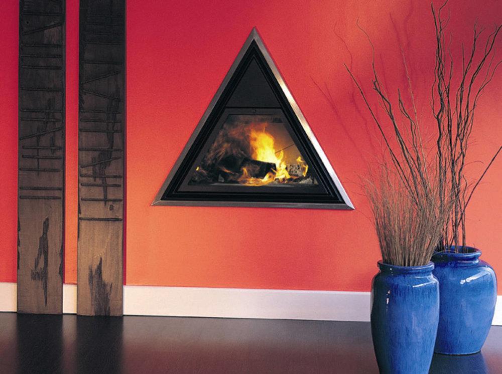 Оригинална... - За тези, които търсят оригиналността на всяка цена, тук дизайнът на камината е насочен към нейната форма: триъгълник, вграден в стената. Една своеобразна и дръзкапроява на мисъл извън рамката, която ще задоволи и най-големите любители на декорацията!