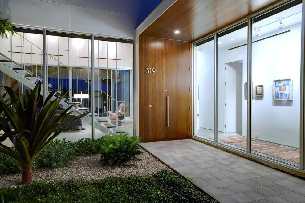 Драматичната - Ето един пример сдървена врата, оформена от естествен фурнир, вграден в съвпадащи вертикални дъски, които продължават и в тавана над входа.