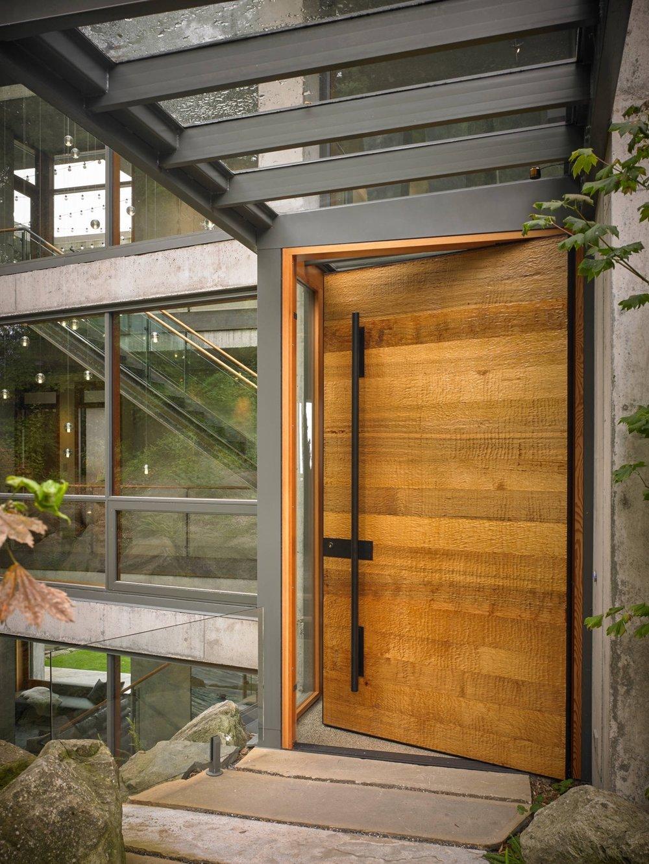 Индустриалната - В контекста на индустриален екстериор като този,врата от естествен материал би могла да има дори по-подчертаващефект. В този пример вратата е вконтраст с бетона и стоманата, които я заобикалят