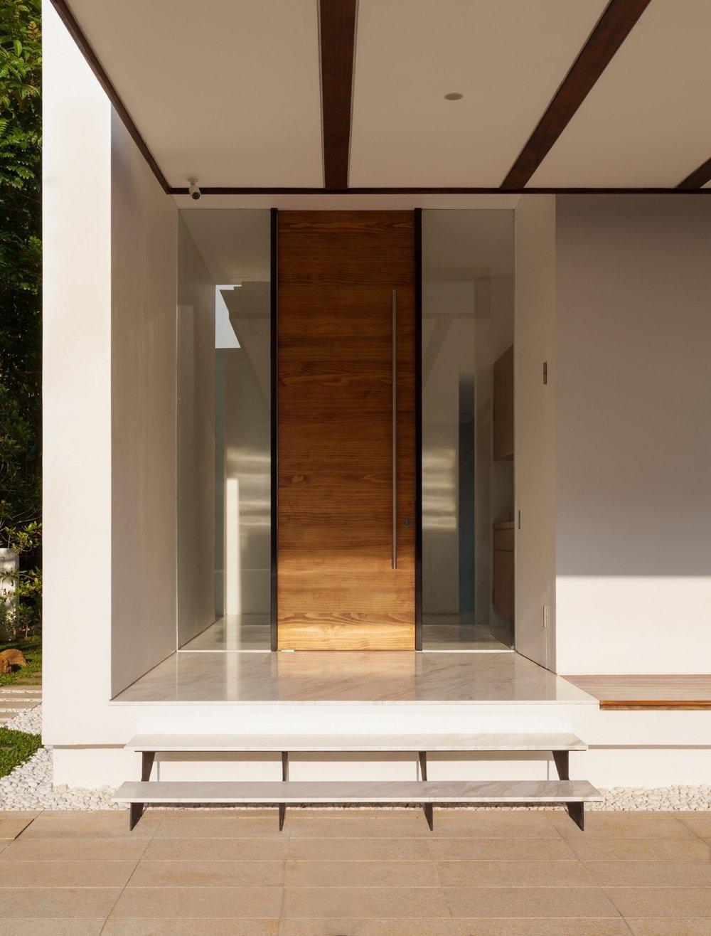 Плаващата - Тази класическа дървена врата изглежда плаващамежду две стъкла без шпроси.