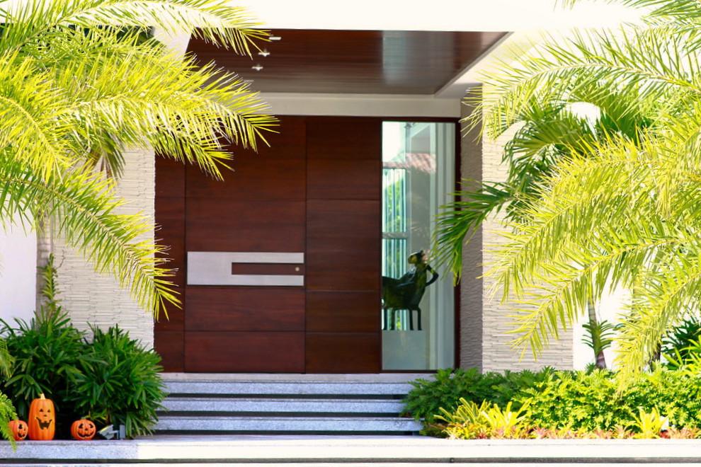 Стоманената - Дълбоки розови тонове в комбинация с традиционен нюанс като решение зафасадата, докато надсканатастоманена врата ни предлага един модерен стил.