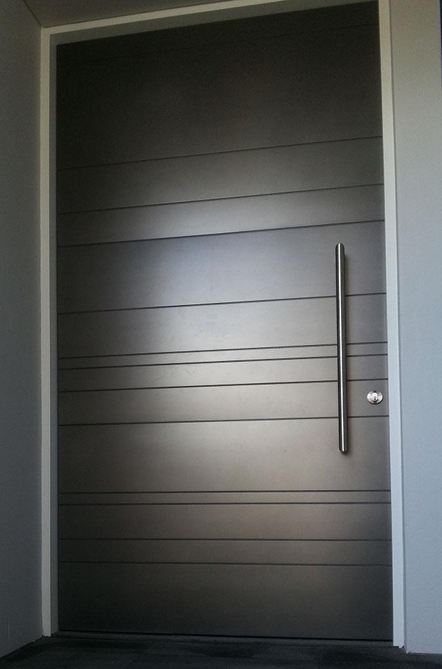 Минималистичната - Идеалната врата за минималистиченекстериор- този елегантен и модерен дизайн използва прости съвременни материали, с хоризонтални вдлъбнатиивици за акцент.