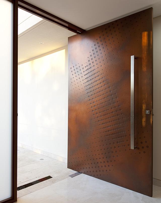 Футуристичната - Тази част от селекцията ни води до няколко изключително артистични и актуални опции. В случая - футуристична врата с релефна гравюра-печатвърху състарена метална основа.