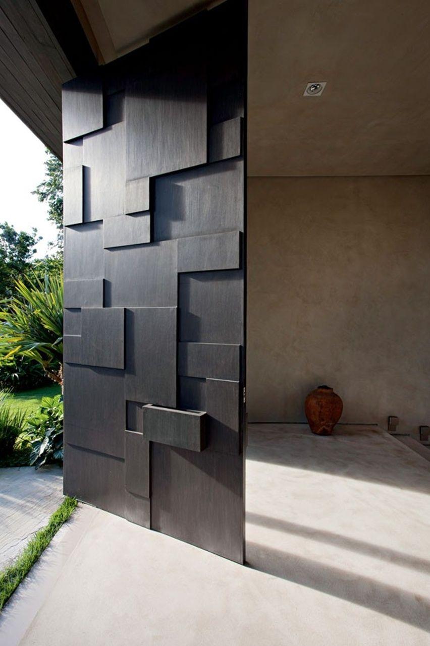 Релефната - Проектирана от Deborah Aguiar и изпълнена от Joinery Piñeiro, тази врата превръща обикновените дървени панели в смела скулптурна композиция. Дори пощенската кутияиграе своята важна роля в дизайна.