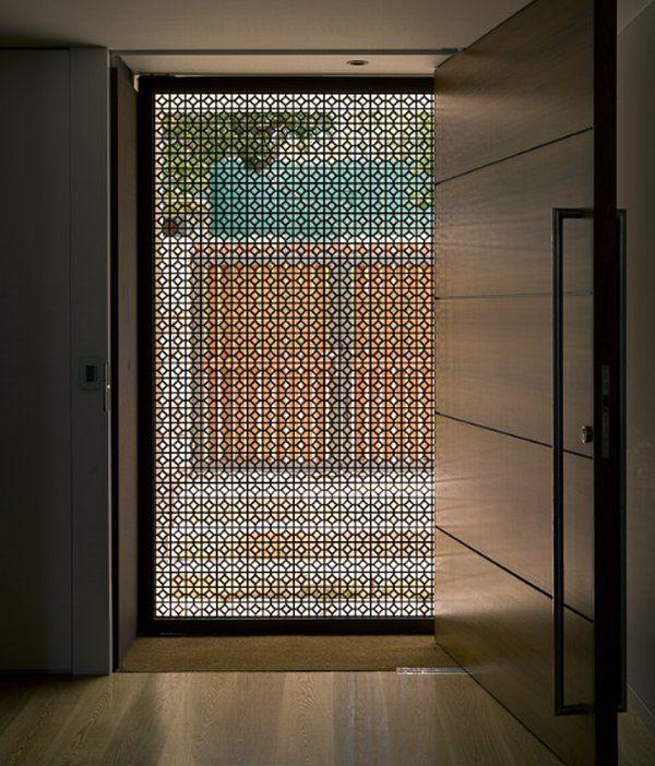 Прозрачната - Прозрачните врати могат да се похвалятс много различни стилове. Тук декоративната лента създава охранявана, но привлекателна граница между входната врата и външната улица. Свеживъздушни течения достигат до вътрешността, но не и горещото слънце.