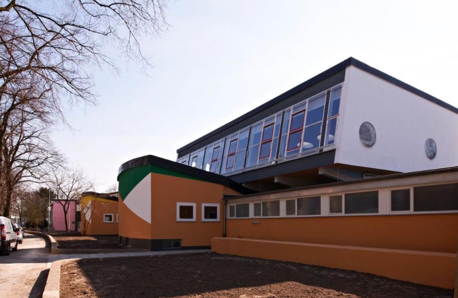 Училище Geschwister-Scholl-Schule, проект на Hans Scharoun от 1962 г., реновирано през 2013 г. (Lünen, Германия)