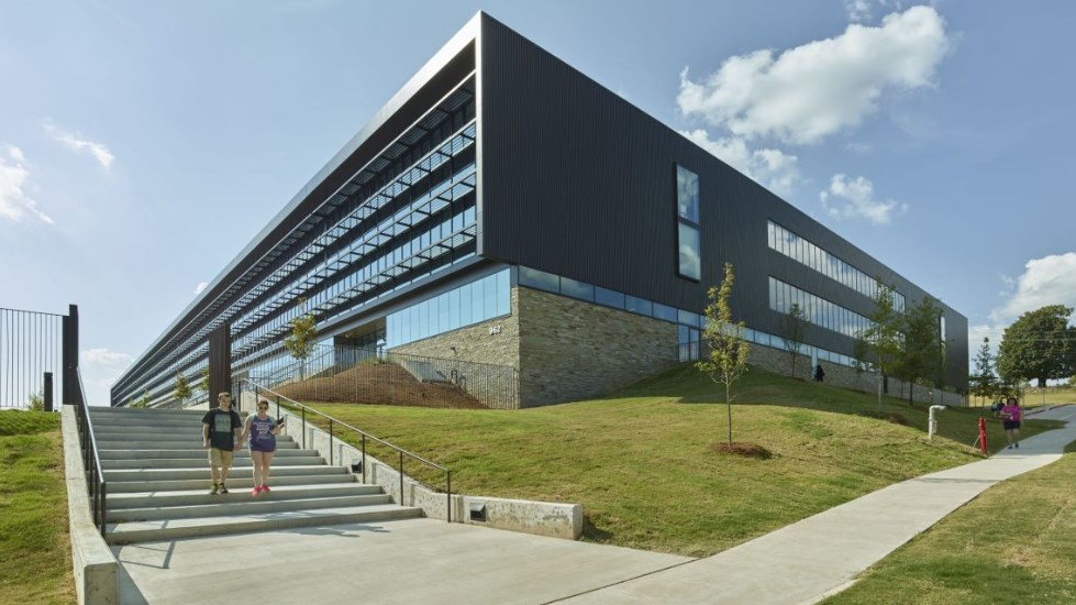 Гимназия Fayetteville, проект на Hight Jackson Associates с участието на DLR Group и Marlon Blackwell Architects, 2015 (Файетвил, Арканзас)
