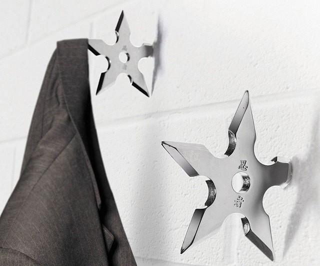 Нинджа - Необичайна закачлказа костюми, достойна за нинджа инвазия. Поставете няколко шурикена в стената и със сигурност ще всеете необходим респект у гостите си.Поръчай тук.