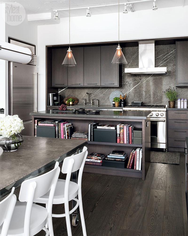 Полираните хромирани и никелови акценти отстъпват на черните кранчета, медните лампи и матовите черни дръжки на шкафчета. Тъмните покрития могат да сработят в елегантни съвременни кухни или дори в най-малките помещения за готвене. Докатобялата кухня продължава да доминира в наши дни, дозачерно може да осигури стилен контраст и незабавно актуализиране на износените кухненски шкафове.