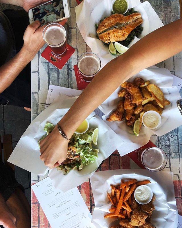 תמיד יש את זאת שמזמינה סלט אבל מנשנשת מהצ'יפס, תייגו אותה 😂 . . #josephnsons #tlv #telaviv #foodporn #dinner #catchit #myfood #salad #fishandchips #food #eat #eatwell #telavivfood #tlvfood #foodgasm #myfood #instafood #foodie #foodies #beer #israel #bestbeer #cool