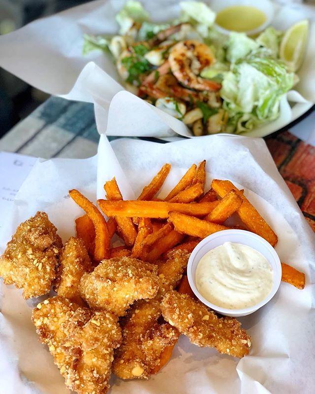 ג׳וזף שואל איך אתם מתמודדים עם המאנצ׳ שלכם? אנחנו ככה 👆🏼🐔 . . .  #josephnsons #tlv #telaviv #foodporn #dinner #catchit #myfood #salad #fishandchips #food #eat #eatwell #telavivfood #tlvfood #foodgasm #myfood #instafood #foodie #foodies #beer #israel #bestbeer #cool